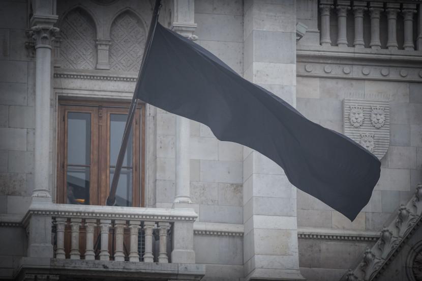 Félárbócra eresztették a nemzeti lobogót a gyásznapon