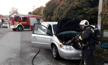 Tűz ütött ki egy autó motorterében