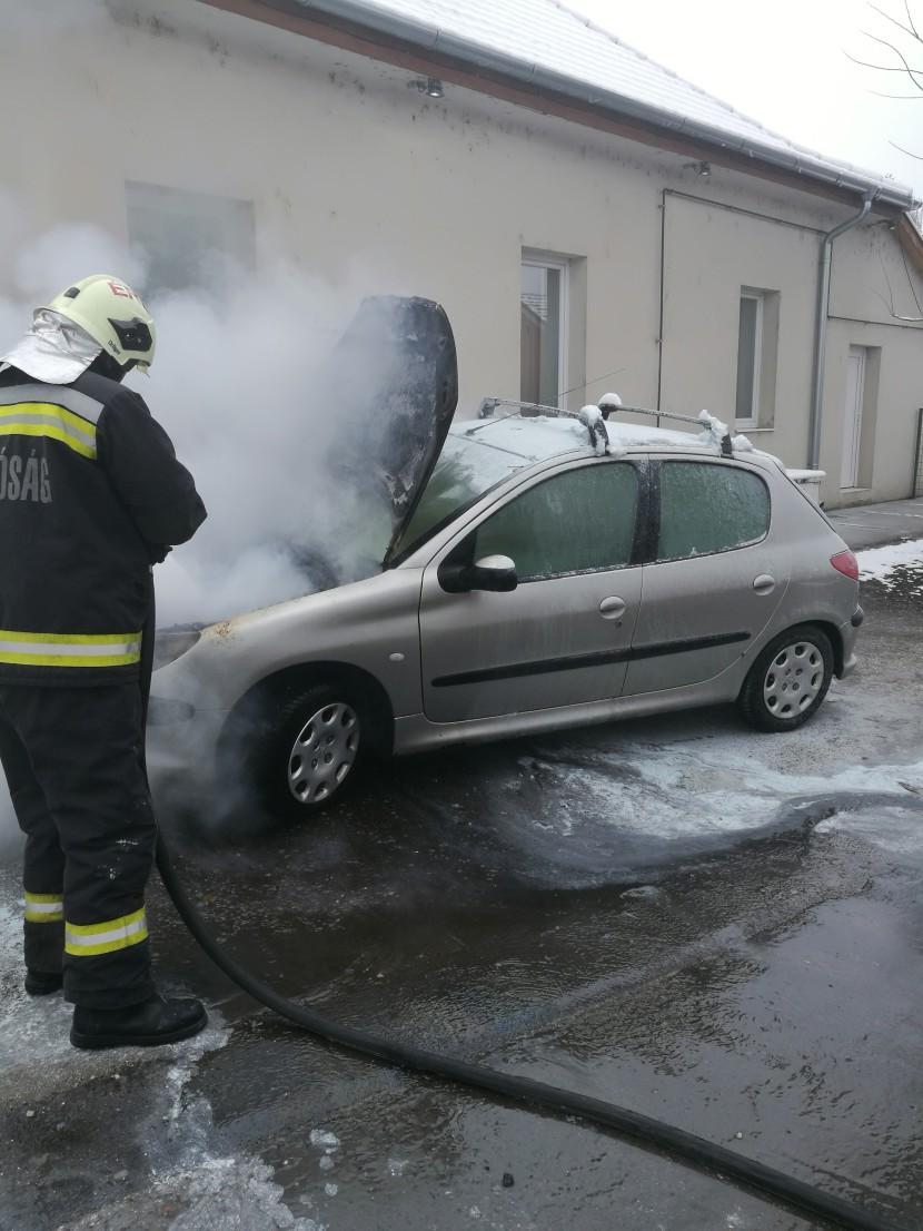 Kigyulladt egy autó az Esküdt utcában