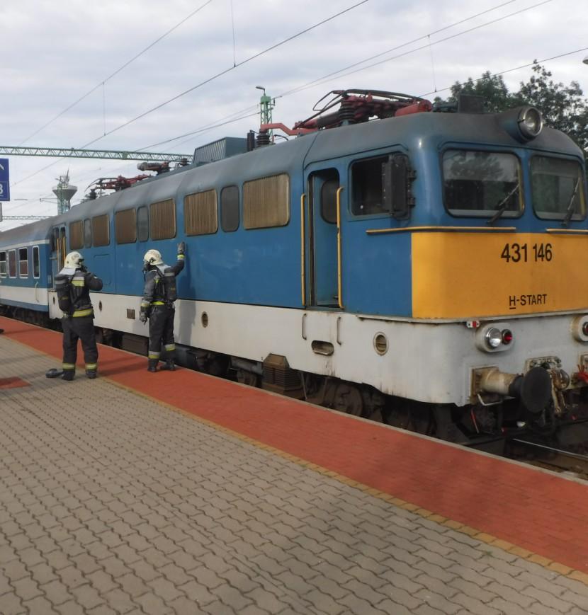 Füstölő vonatról szállítottak le utasokat