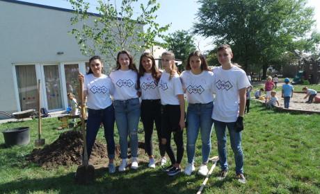 Diákok ültettek fát az ovisoknak