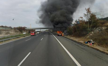 Kigyulladt egy autó az M7-esen