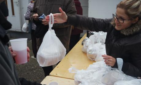 Ételosztás a rászorulóknak idén is
