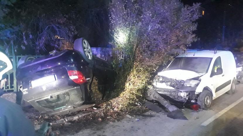 Parkoló gépkocsiknak ütközött és felborult egy autó Érden
